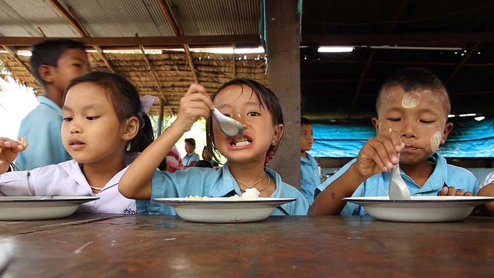 60円で学校で勉強するこどもが給食1食分を食べることができます。
